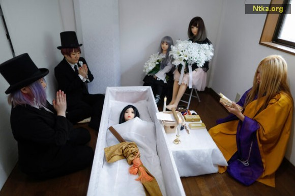 2-japanese-sex-doll-funeral-1